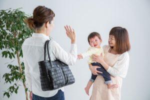 保育士の子どもを預けるお母さん