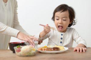 食事する子ども