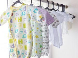 干してある新生児の服