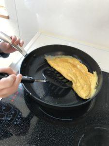 卵焼きを作るお手伝い