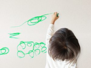 左利きで絵を描く子ども