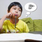 宿題をする男の子