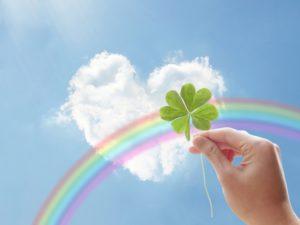 四つ葉のクローバーと虹とハートの形の雲