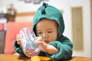 手作りおもちゃで遊ぶ子ども