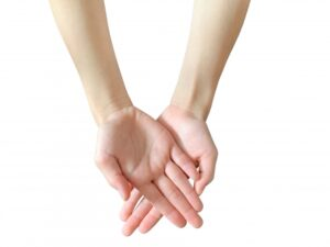 重ねた両手